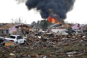 Incêndio atingiu prédio próximo à escola Plaza Towers, em Moore, Oklahoma (Foto: Sue Ogrocki/AP)