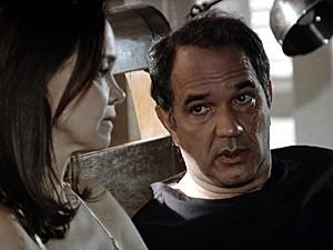 Virgílio conversa com Helena e tenta acalmá-la (Foto: Em Família/TV Globo)