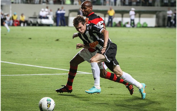 Bernard disputa a bola no Independência (Foto: Bruno Cantini / Site Oficial do Atlético-MG)