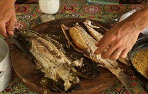 Na churrasqueira: tainha grelhada com escama, ou na folha de bananeira