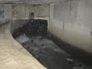 Água fétida e com poluição evidente passa por canal debaixo do calçadão de São Conrado e é lançada ao mar (Foto: Daniel Silveira / G1)