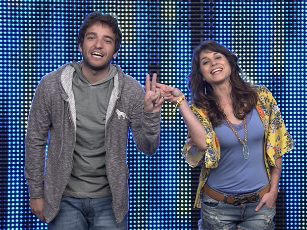 Davi e Manu fazem uma hashtag com as mãos para o último desafio do Filma-e: #FicaDaviManu (Foto: Parker TV)