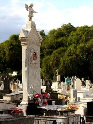 Sepultura de Josephina fica na via principal do cemitério de Santa Izabel (Foto: Ingrid Bico/ G1)