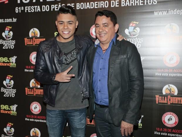 Felipe Araújo com o pai, João Reis, em show em São Paulo (Foto: Rafael Cusato/ Brazil News)
