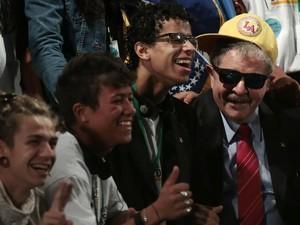 Lula posou para fotos ao lado de jovens no encerramento da 3ª Conferência Global sobre Trabalho Infantil (Foto: Ueslei Marcelino / Reuters)