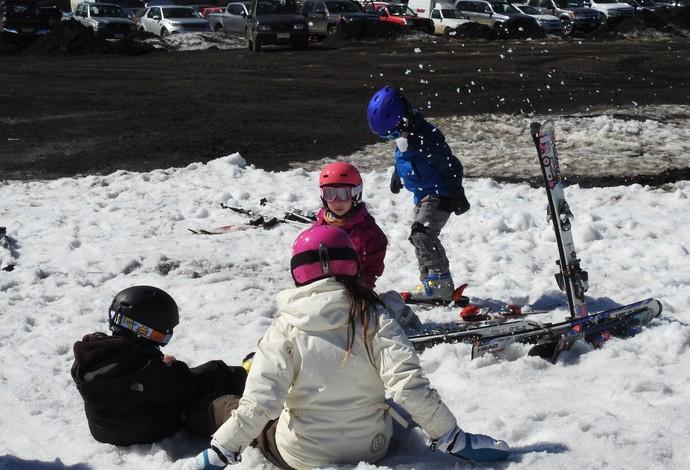 Crianças brincam na neve em local próximo ao Campeonato Brasileiro de snowboard (Foto: Thierry Gozzer)