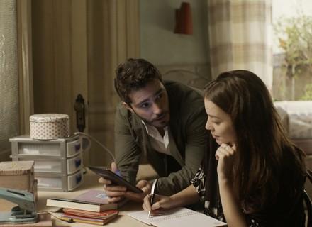 Tiago faz proposta a Júlia: 'Passe umas semanas em Noronha comigo'