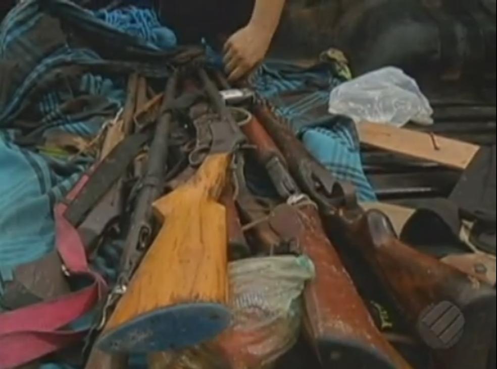 Polícia apreendeu 11 armas de fogo, que estariam em posse das vítimas da chacina em Pau D'arco (Foto: Reprodução/TV Liberal)
