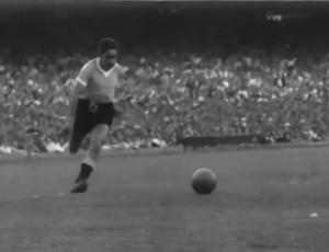 Ghiggia parte para fazer gol do título uruguaio em 1950 (Foto: Reprodução / SporTV)