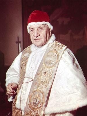 Foto de arquivo de 15 de abril de 1963, mostra o Papa João XXIII em sua biblioteca particular, no Vaticano (Foto: Luigi Felici/AP)