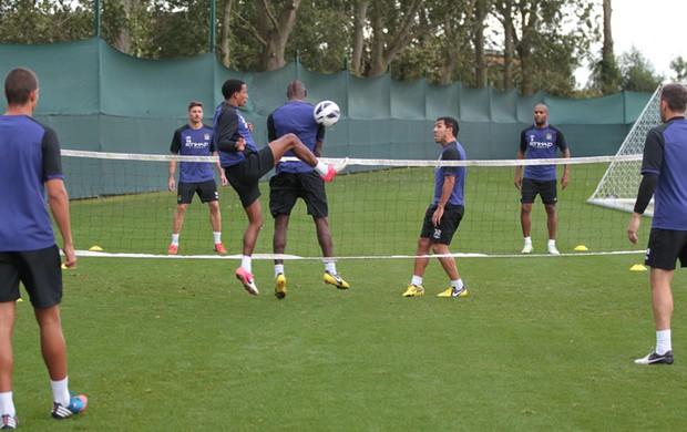 Maicon joga futevôlei com Balotelli e Tevez no Manchester City (Foto: Divulgação / site oficial do Manchester City)