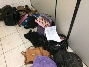 Pertences de vítimas estão na delegacia de Bertioga (Foto: Inderson Oliveira/G1)