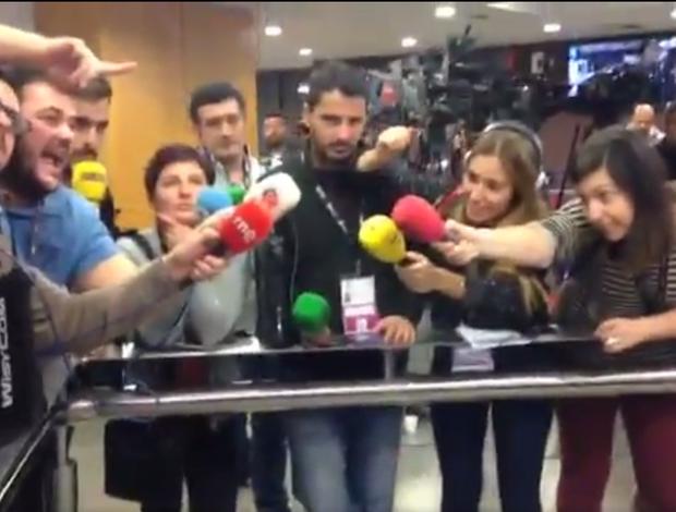 """BLOG: Jogadores do Barcelona fogem da imprensa, que """"congela"""" de tanto esperar"""