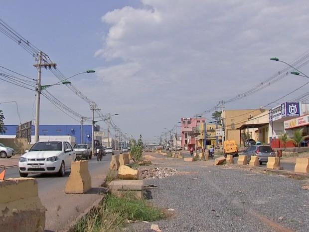 Blocos de concreto que estão sobre a Avenida da FEB serão colocados dentro do canteiro para dar mais espaço. (Foto: Reprodução/TVCA)