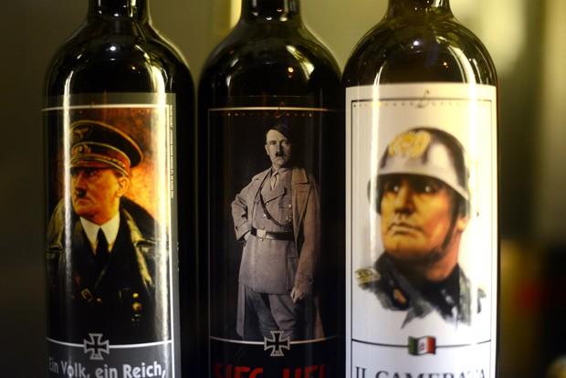Vinhos com imagens de ditadores são vistos em loja em Roma, na Itália (Foto: Gabriel Bouys/AFP)