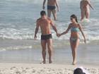 Paloma Bernardi curte dia de praia com o namorado, Thiago Martins