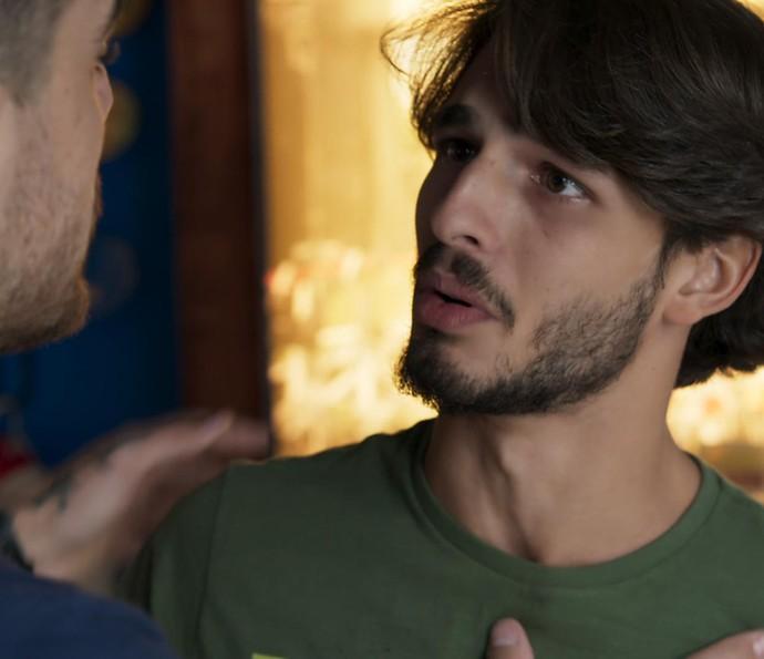 Roger aproveita pra pedir um 'presentinho' a Samurai (Foto: TV Globo)