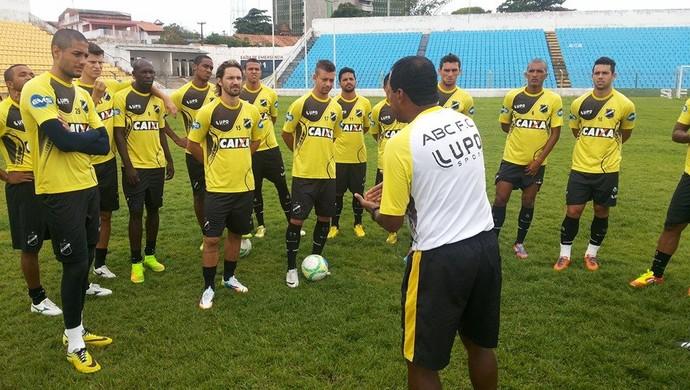Zé do Carmo conversa com jogadores do ABC (Foto: Leonardo Medeiros/ABC)