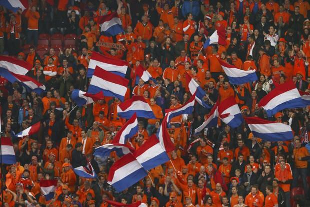 Torcida holandesa agita bandeiras em partida de futebol entre Holanda e Turquia em Amsterdã em 28 de março  (Foto: AP Photo/Peter Dejong)