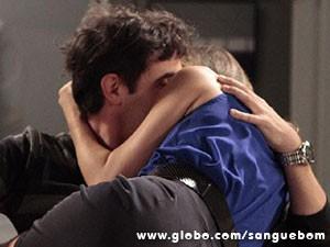 Ê paixão... Vitinho e Tina se atracam (Foto: Sangue Bom / TV Globo)