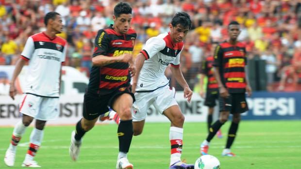Cicinho encara a marcação do Atlético-GO (Foto: Aldo Carneiro / Pernambuco Press)