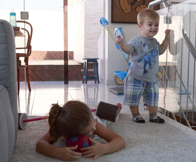 Depois de brincar, Maria descansa enquanto Bento continua com a corda toda (Foto: Ellen Soares/Gshow)