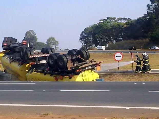 Bombeiros resfriam caminhão de etanol tombado para evitar explosão em Piracicaba (Foto: Wesley Justino/EPTV)