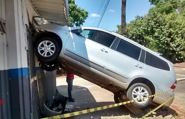 Veículo ficou com as rodas dianteiras suspensas após acidente (Foto: Matheus Ribeiro/TV Anhanguera)