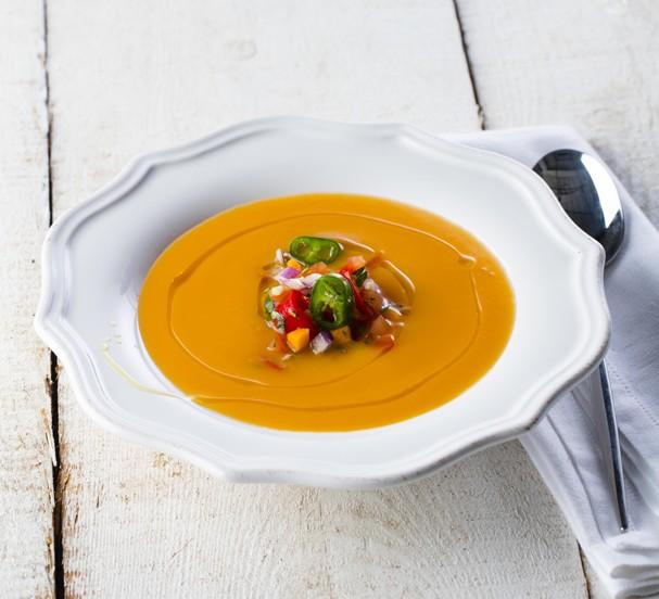 Creme de abóbora com picadinho de legumes é receita certa pro outono