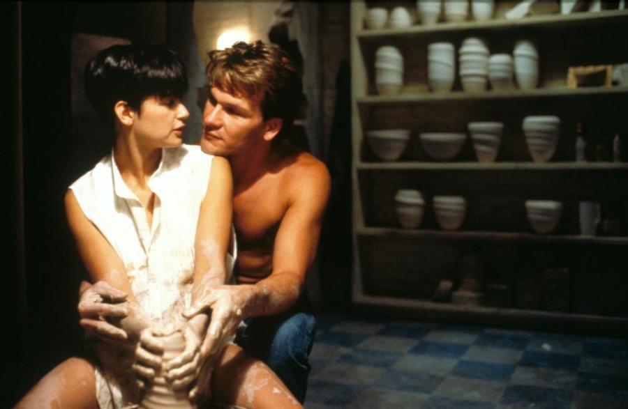 Chegando por trás, de jeitinho, Sam (Swayze) derreteu o coração de Molly (Moore), em um dos melhores momentos de 'Ghost'.  (Foto: Reprodução)