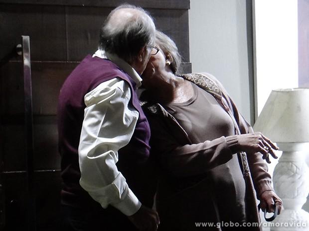 Depois de almocinho preparado com amor, Lutero e Bernarda se beijam (Foto: Amor à Vida / TV Globo)