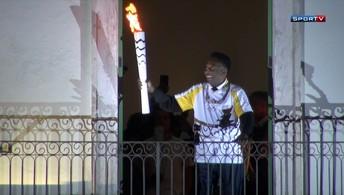 Tocha Olímpica chega a Santos e encontra Pelé