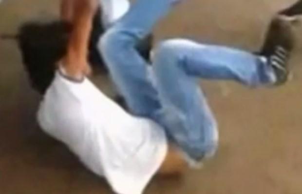 Estudantes brigam na porta de escola em Goiatuba, Goiás (Foto: Reprodução/ TV Anhanguera)