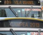Ônibus fazem homenagem à Vila no letreiro (Cristina Indio do Brasil/ G1)