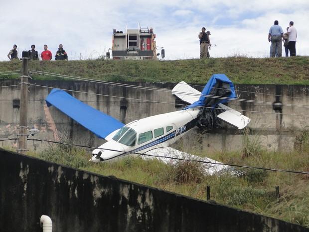 Um avião de pequeno porte saiu da pista no momento da decolagem neste sábado (26) no Aeroporto Carlos Prates, na Região Noroeste de Belo Horizonte. De acordo com o Corpo de Bombeiros, as informações iniciais é que o piloto não ficou ferido.  (Foto: Pedro Triginelli / G1)