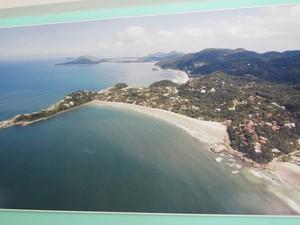 Quadro mostra imagem aérea da Serra do Guararu (Foto: Mariane Rossi/G1)