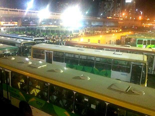 Ônibus bloqueiam passagem na Rodoviária do Plano Piloto, em Brasília (Foto: Isabella Formiga/G1)