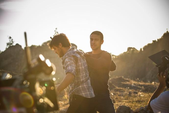 Felipe Simas e Sérgio Malheiros em cena de luta (Foto: Raphael Dias / Gshow)
