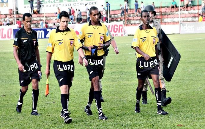 No meio de amarelo o árbitro Wanderson Alves de Souza à direita dele o assitente Ricardo Júnio e à esquerda Mauro Antônio Ferreira Santos (Foto: Rafael Moreira / TV Integração)