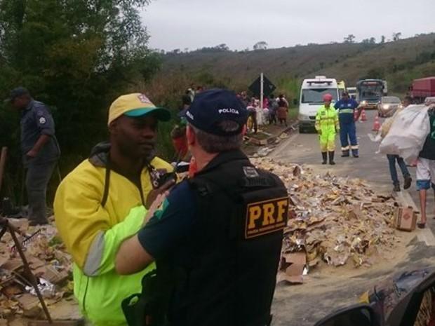 Carga de biscoitos foi saqueada durante limpeza da pista na BR-040  (Foto: Luiz Felipe Falcão/G1)