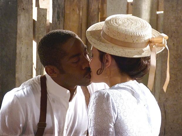 Empolgado com o interesse da médica, Zé Maria beija Fátima (Foto: Lado a Lado / TV Globo)