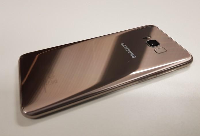 Galaxy S8 dourado foi anunciado em agosto de 2017 (Foto: Reprodução / Samsung)