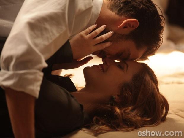 Feliz e apaixonado, o casal troca carinhos (Foto: Pedro Curi/TV Globo)