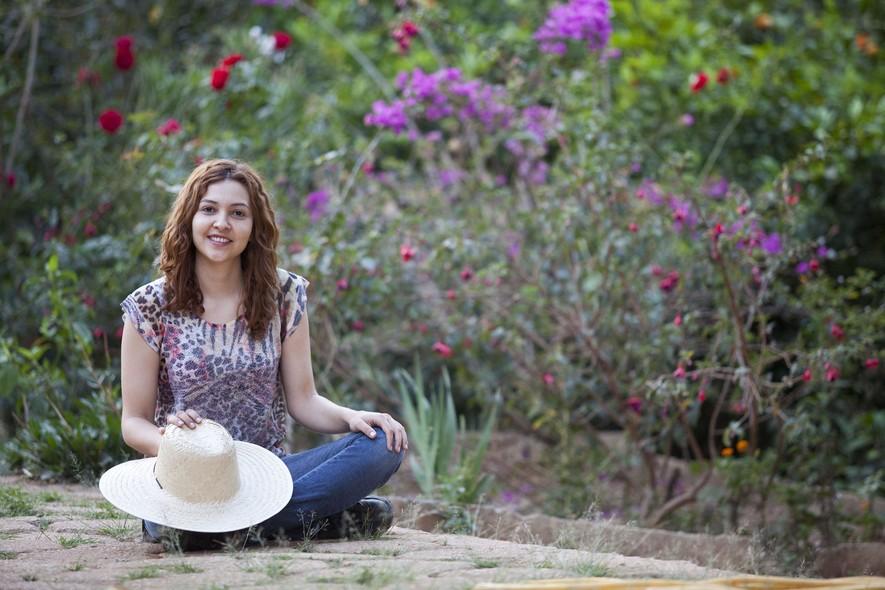 A solteira Flávia Mediato Vieira, de 30 anos. O chapéu de palha é para o árduo trabalho na lavoura
