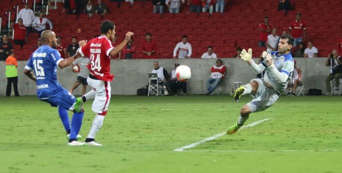 William desperdiça chance e vê Bruno Grassi fazer grande defesa (Foto: Diego Guichard)