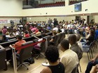 Servidores municipais protestam contra demissão de vigias e porteiros