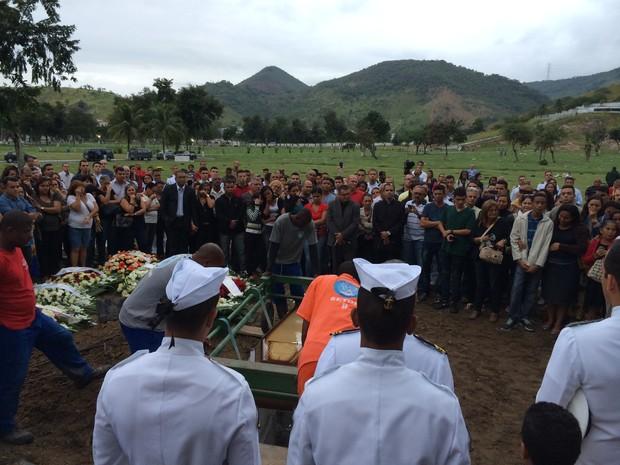 Aspirante é enterrado no Cemitério Jardim da Saudade. em Sulacap (Foto: Henrique Coelho/G1)