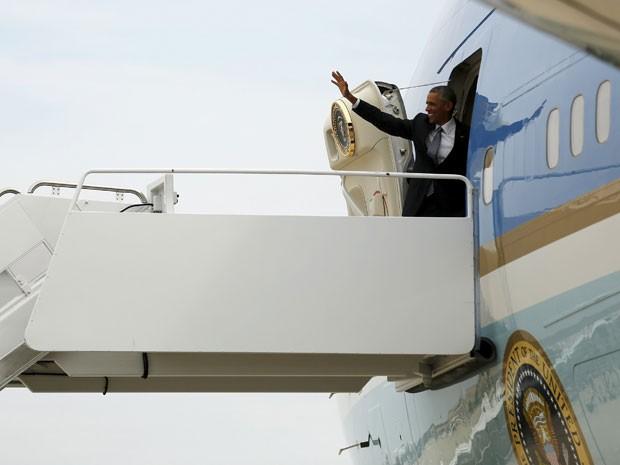 """O presidente americano embarcou para o Alasca nesta segunda-feira (31). Com a visita, Barack Obama planeja se encontrar com comunidades remotas da região e, de acordo com a NBC, com o aventureiro Bear Grylls, do reality show """"Runnig Wild"""" (Foto: Jonathan Ernst/Reuters)"""