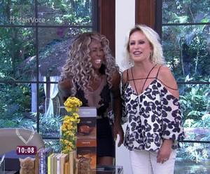 Ana Maria aperta o bumbum de Adélia (Foto: TV Globo)