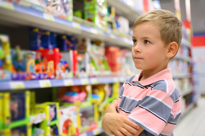 criança com alergia alimentar observa rótulos de alimentos  (Foto: Thinkstock)